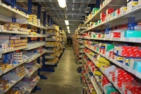 corridoio magazzino con espositori