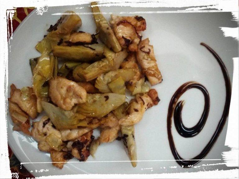 bocconcini di pollo croccanti con carciofi, radicchio e semi di papavero