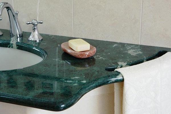 superficie in marmo con appoggia saponetta