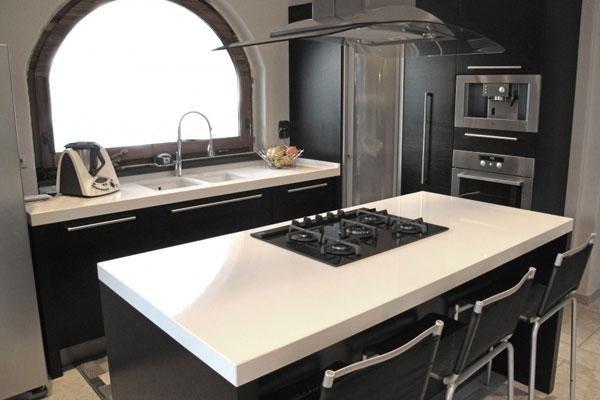 tavolo in mezzo alla cucina