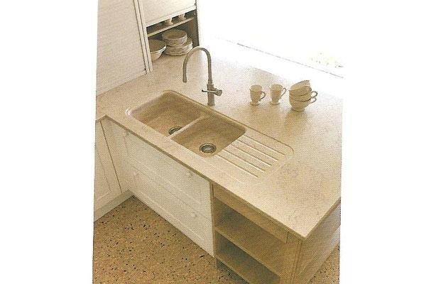 lavello in mezzo alla cucina