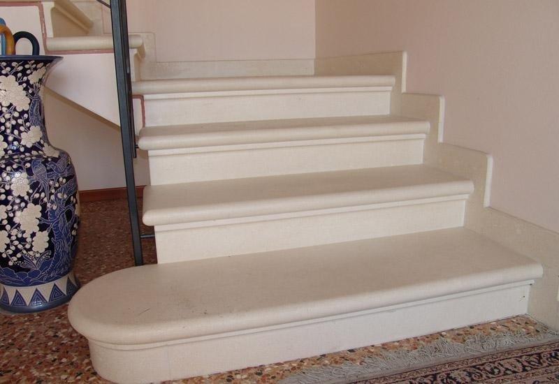 quattro gradini di una scala bianchi