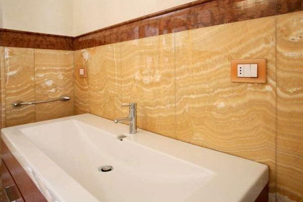 grande lavabo di un bagno