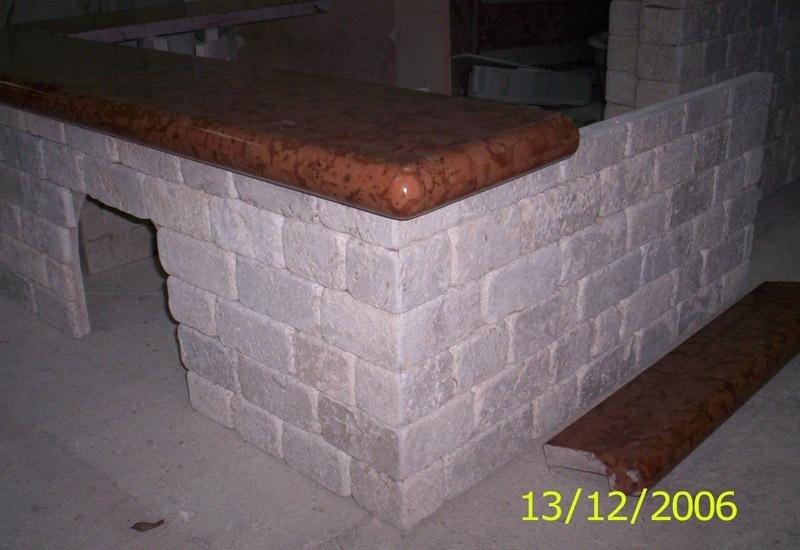 struttura in pietra con pannello in marmo appoggiata sopra