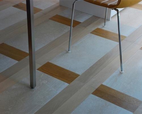 pavimento in marmo con righe marroni e beige