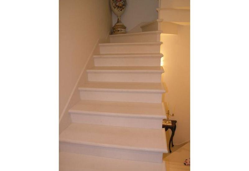 vista frontale di una rampa di scale con vaso all`angolo