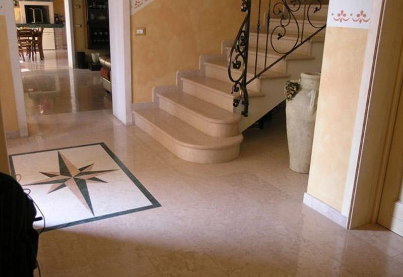 rampa di scale con decorazione sul pavimento