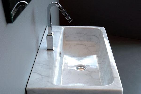 vista laterale di un lavabo in marmo