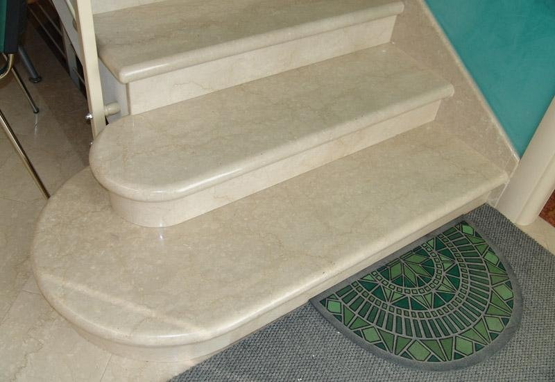 tre scalini in marmo con tappeto colorato di nero e verde