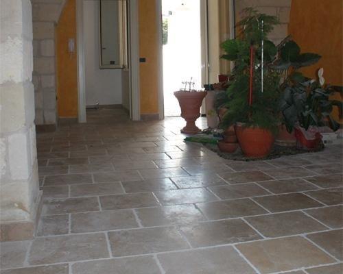 pavimento con mattonelle in ceramica
