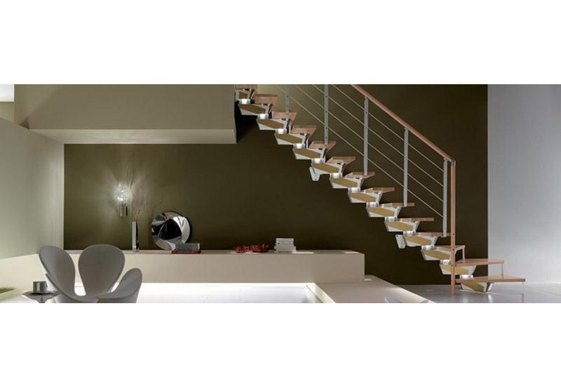 vista laterale di scale moderne con ringhiera
