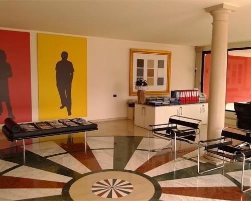 soggiorno con pavimento decorato