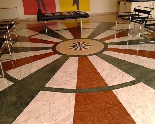pavimento in marmo lucido con decorazione