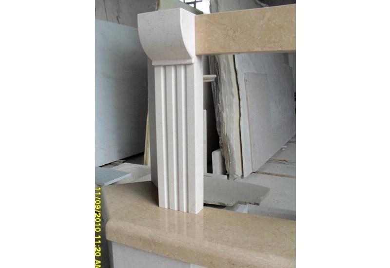 particolare di una colonna in marmo