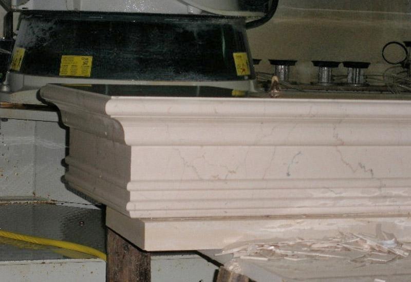 particolare di una struttura in marmo