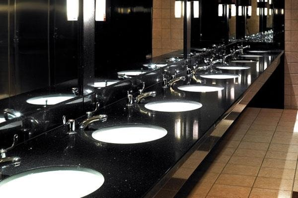 lavabi in fila in un bagno pubblico