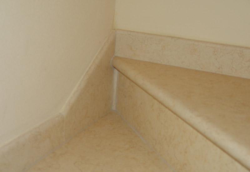 particolare di un angolo di muro e una rampa di scale