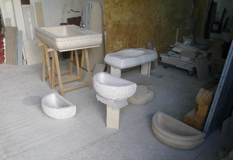 magazzino con accessori e pannelli in marmo