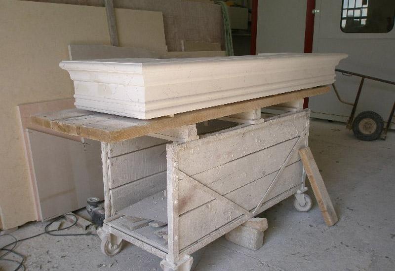 struttura in marmo sopra un tavolo in legno