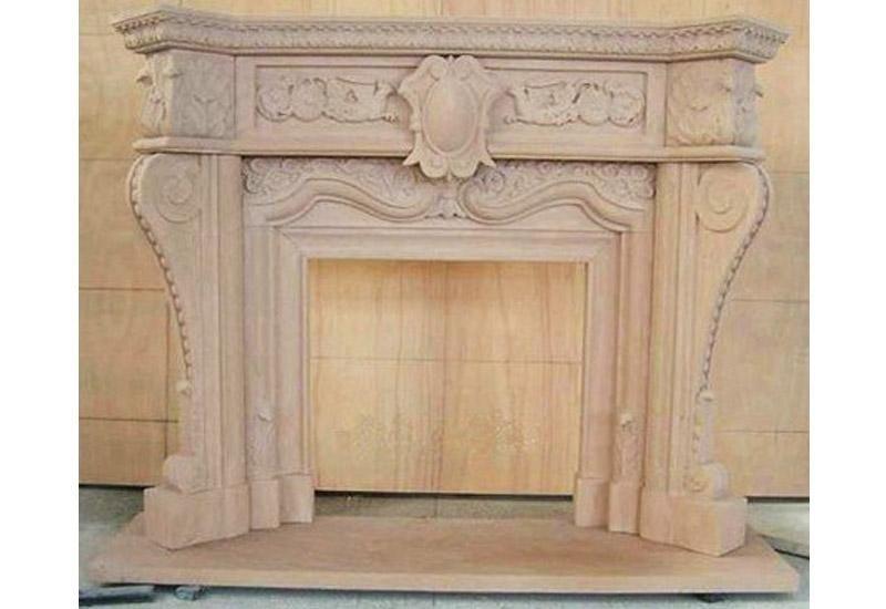 vista frontale di un camino in marmo con parete in legno