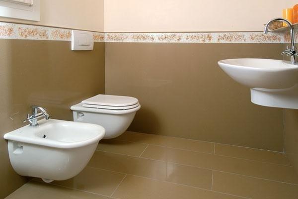 bagno con sanitari e lavandino