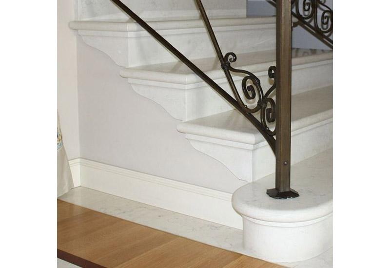 scale bianche con ringhiera decorata
