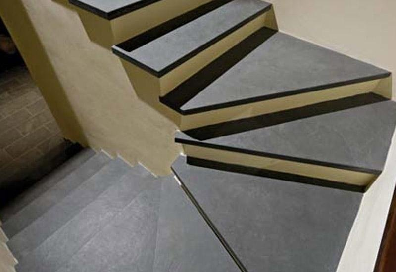 gradini di scale a forma di curva