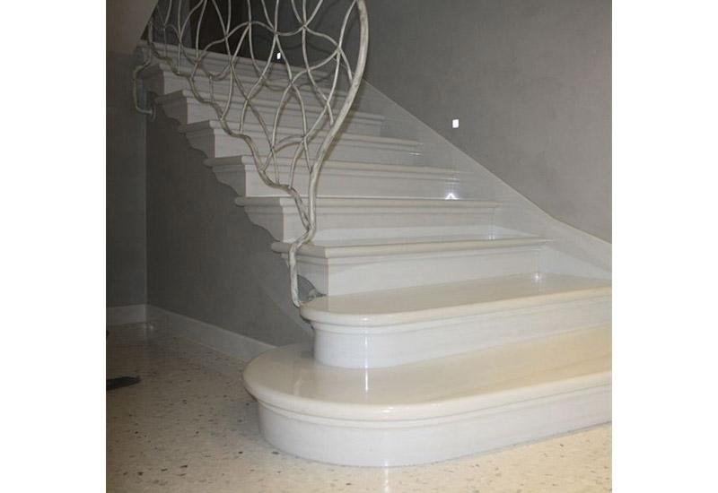 rampa di scale bianche in marmo