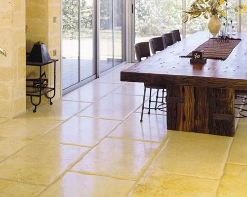 salotto con pavimento giallo