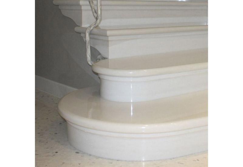 particolare di una rampa di scale in marmo