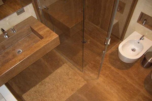 vista dall`alto di un bagno in legno