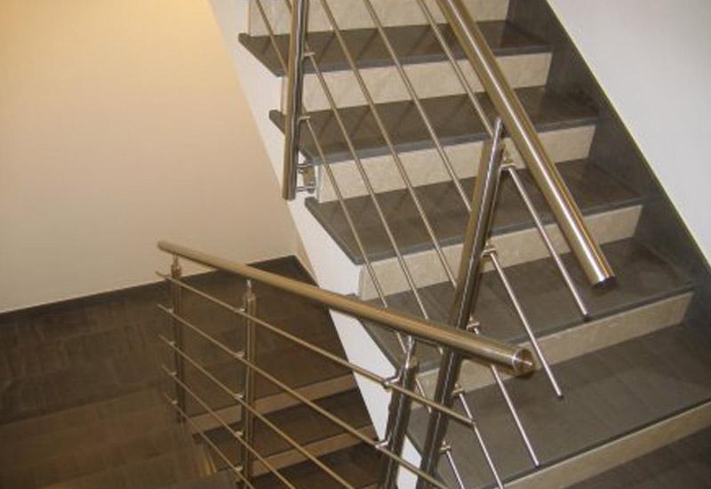 pianerottolo in una rampa di scale con ringhiera in ferro
