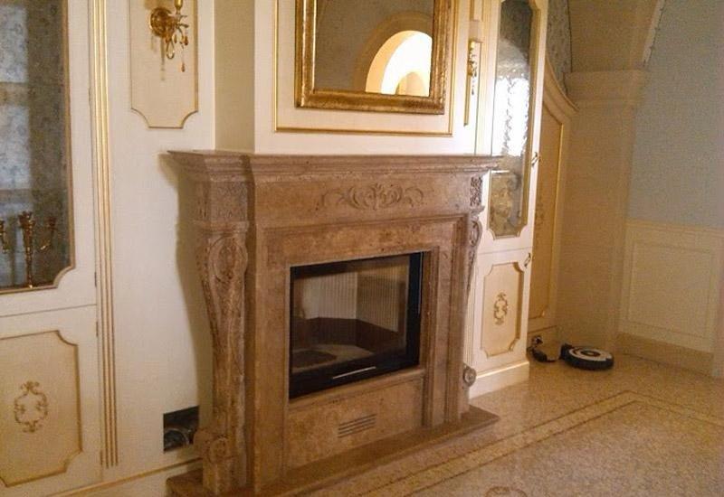 salotto d`epoca con camino in marmo