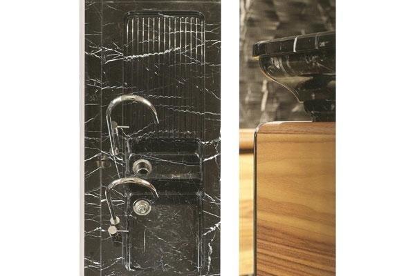 lavelli di una cucina in marmo nero