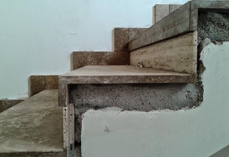 vista laterale di una rampa di scale danneggiata