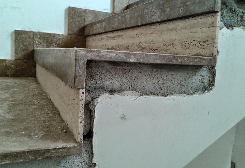 vista laterale di una scala da ristrutturare