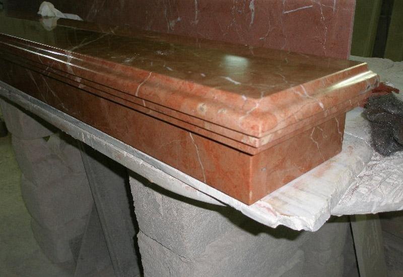 superficie in marmo appoggiata su una base in pietra