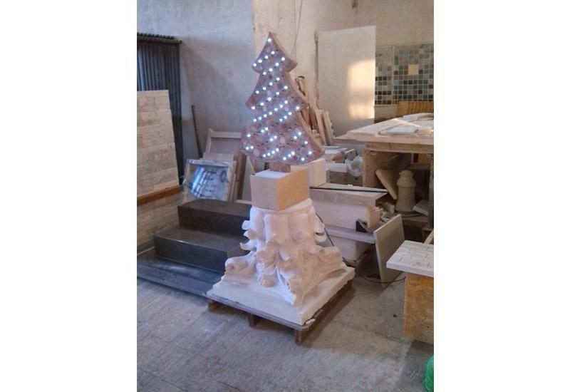 albero di natale e pannelli in pietra