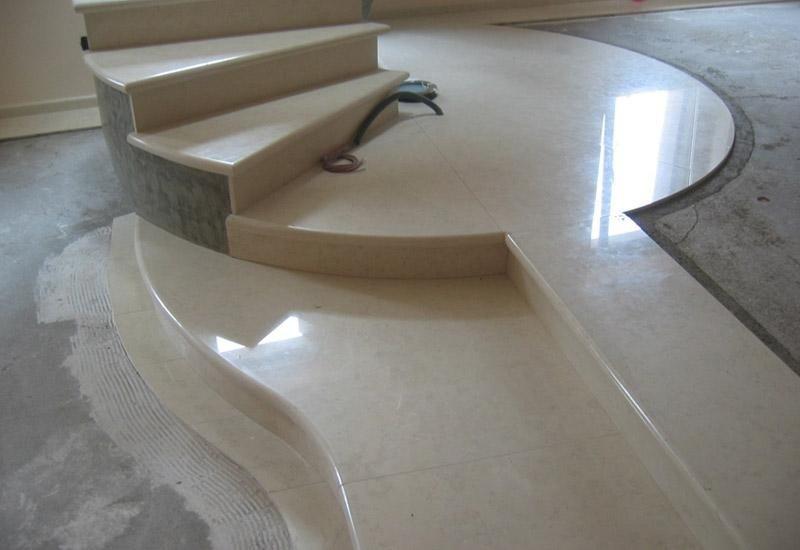 piattaforma moderna di una rampa di scale