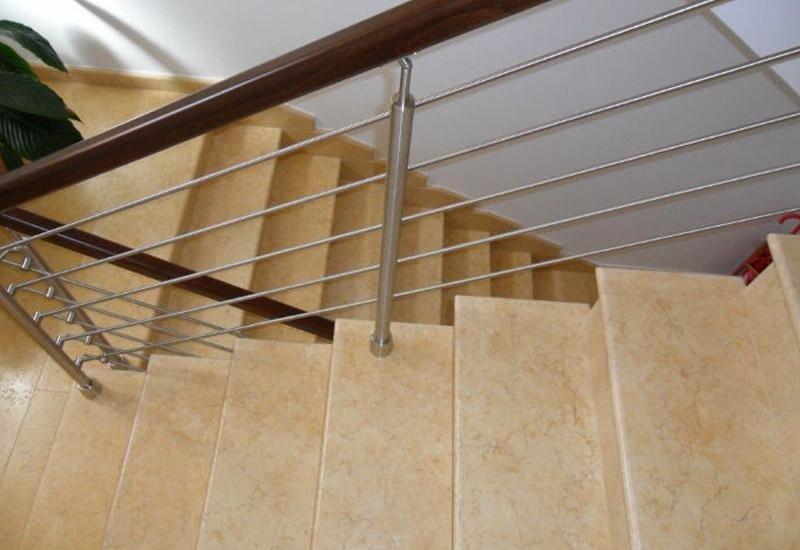 vista di una rampa di scale con ringhiera in ferro