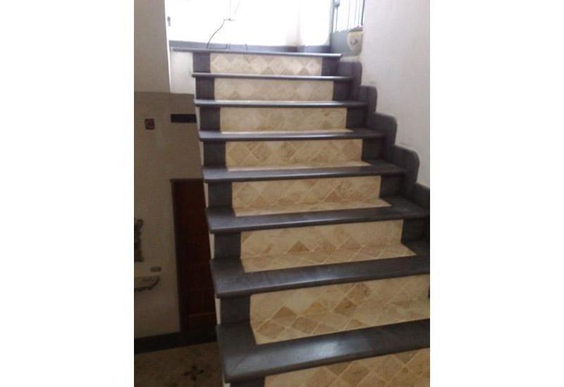 vista frontale di una rampa di scale in marmo nero
