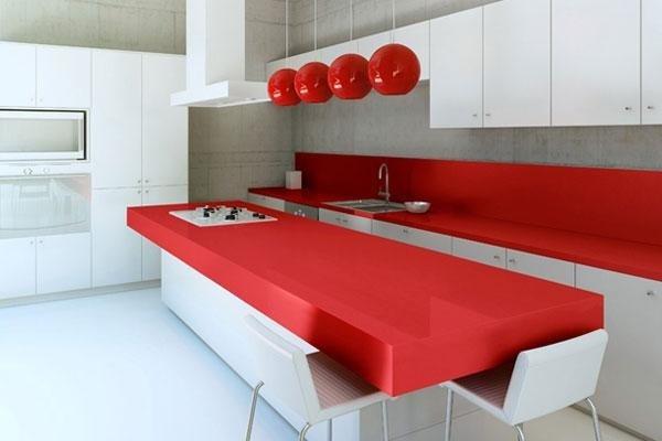 cucina arredata in bianco e rosso