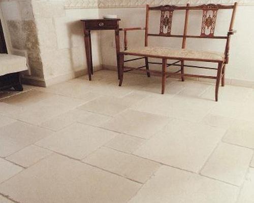 pavimento in mattonelle due sedie e comodino in legno