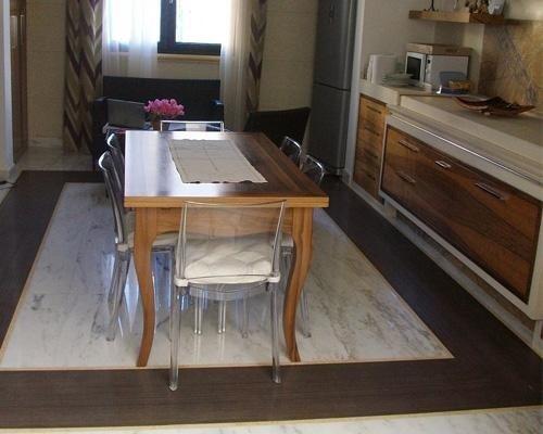 vista laterale di un tavolo e pavimento in marmo
