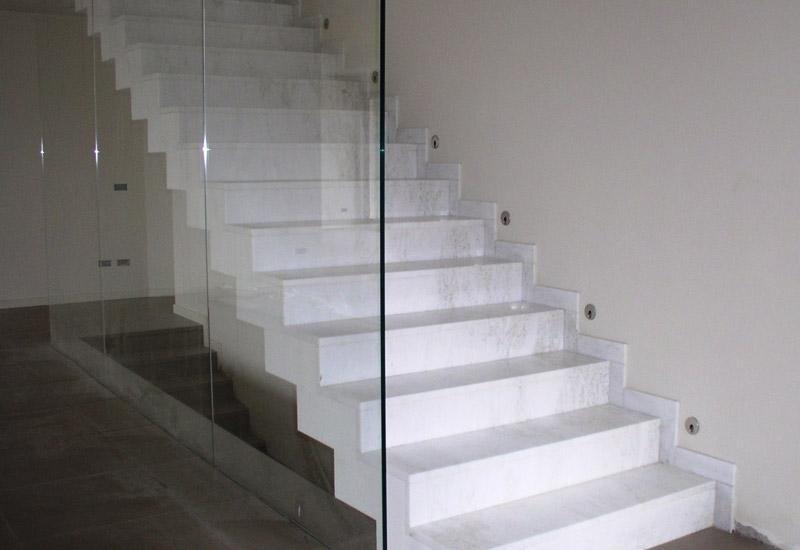 scale in marmo bianco con parapetto in vetro