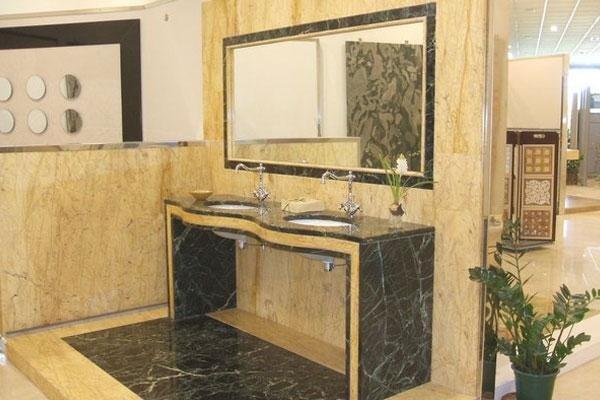 mobile di un bagno con specchio