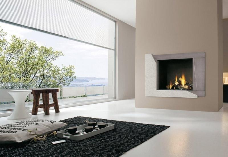 camino di fronte a un tappeto nero con finestra a vetrate