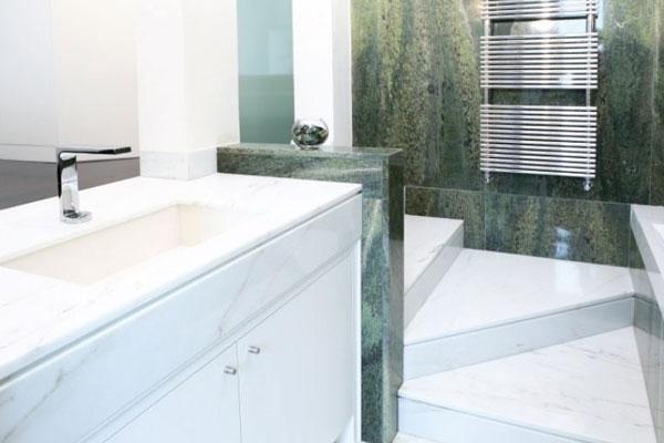 bagno con pareti in marmo