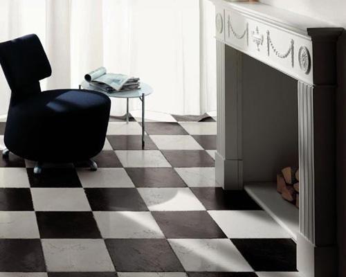 pavimento di un soggiorno con rombi bianchi e neri