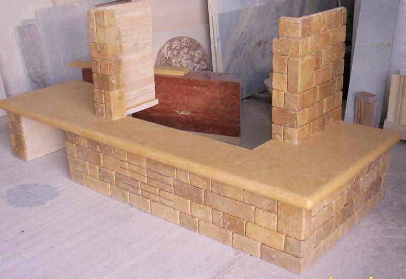 camino in pietra e marmo giallo